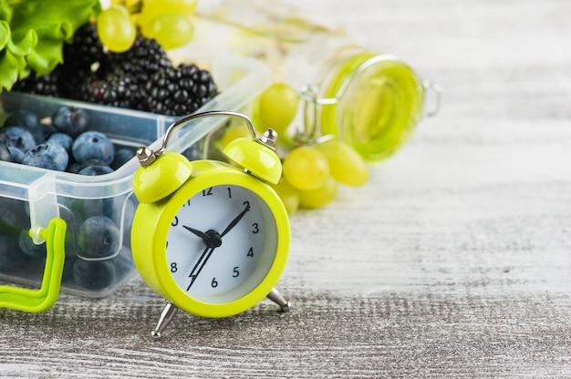 目覚まし時計とベリー Premium写真