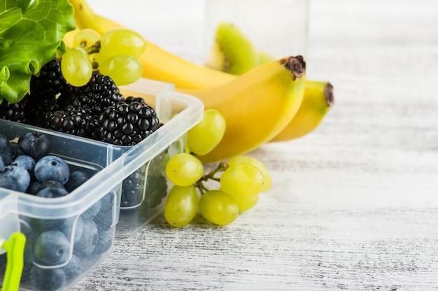 ランチボックスと果物の果実 Premium写真