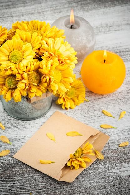 Пустой конверт и золотая хризантема Premium Фотографии