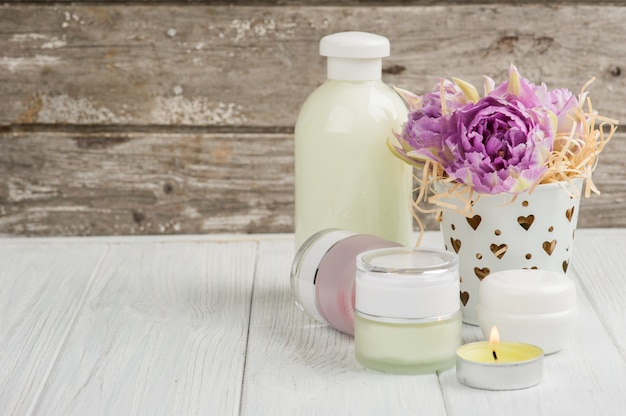 美容製品、化粧品、ロウソク、紫チューリップ Premium写真