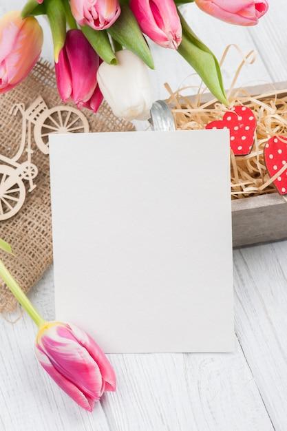Букет из розовых тюльпанов с пустой картой Premium Фотографии