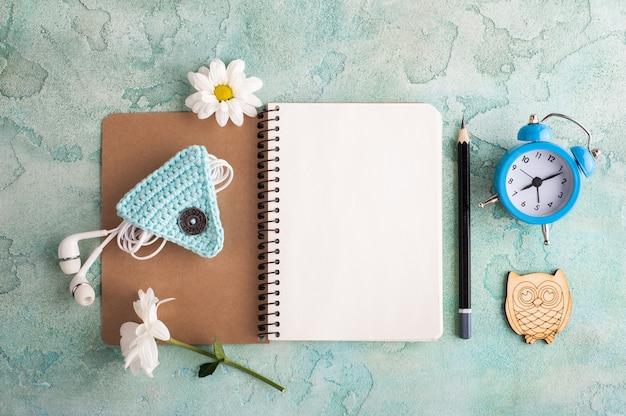 ノートブック、イヤホン、目覚まし時計を開く Premium写真