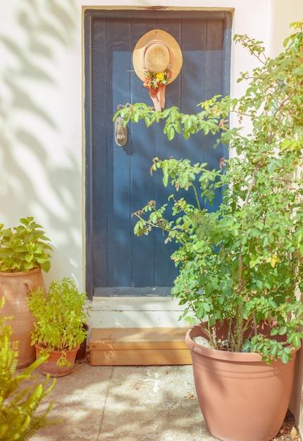 Синяя дверь и шляпа висит Premium Фотографии