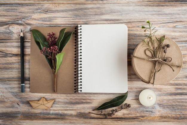 ギフト、ノートブックを開く、花の装飾 Premium写真