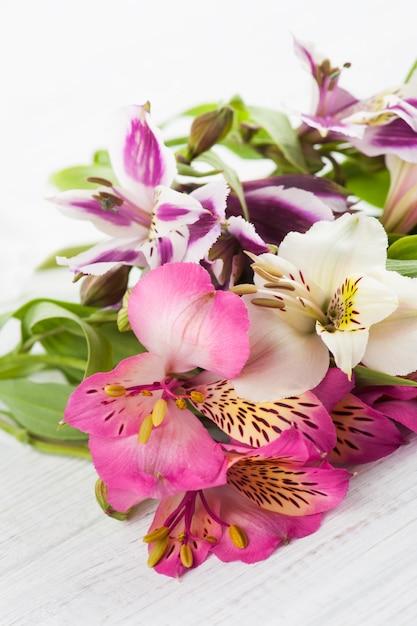 木製の背景にアルストロメリアの花 Premium写真