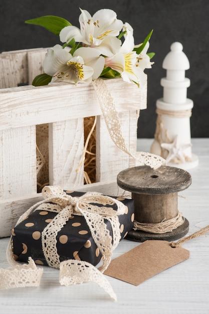 木箱、ギフトにアルストロメリアの花 Premium写真