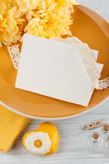 木製のテーブルのプレートに菊の花 Premium写真