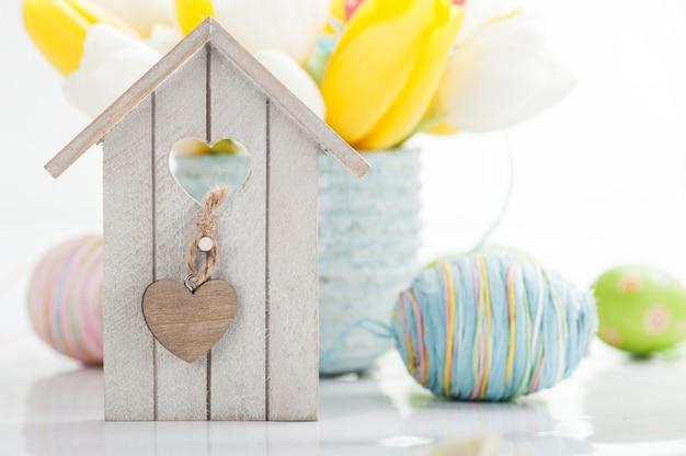 イースターの鳥の家のある静物 Premium写真