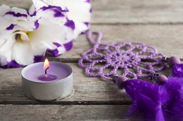 紫のトルコギキョウの花とドリームキャッチャー Premium写真
