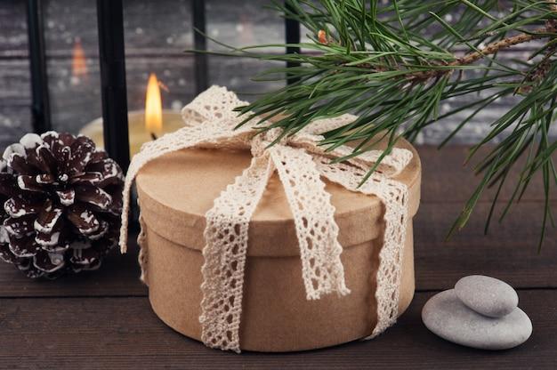 クリスマスツリー、ギフトボックス、キャンドル Premium写真