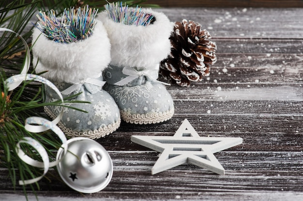 クリスマスツリーとシルバーブーツ Premium写真