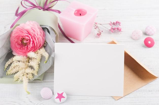 花束と空のグリーティングカードを開く Premium写真