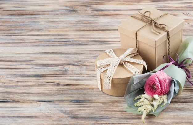 野生の花の素朴なクラフトギフトボックス Premium写真