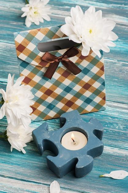 Подарочная коробка с зажженной свечой Premium Фотографии