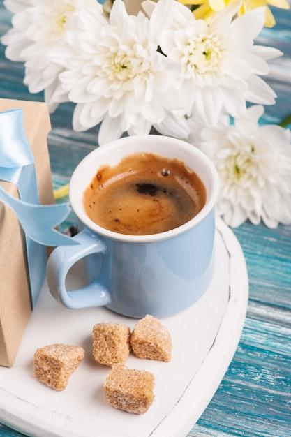 Синяя кружка черного кофе Premium Фотографии