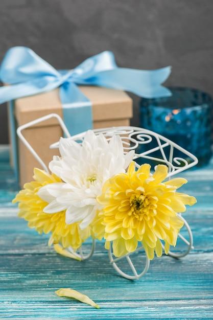 鍋に白と黄色の菊 Premium写真