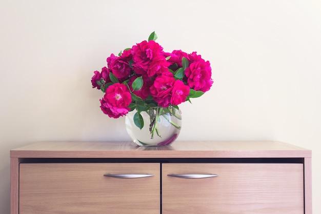 Букет из диких чайных роз в бокале Premium Фотографии