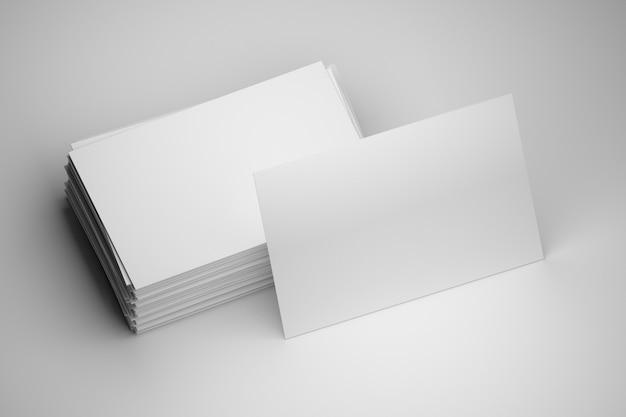空白のコピースペースを持つ空白の白い名刺のスタック Premium写真