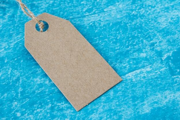 青のクラフト紙タグラベルのモックアップ Premium写真