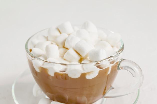 マシュマロと熱いおいしいココアドリンクのカップのクローズアップ。 Premium写真