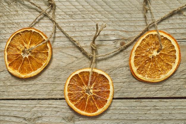 Рождественский декор сушеные апельсиновые дольки для украшения новогодней елки Premium Фотографии