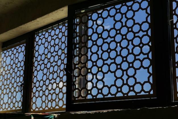 内側から、金属製の東洋飾り付きの窓 Premium写真