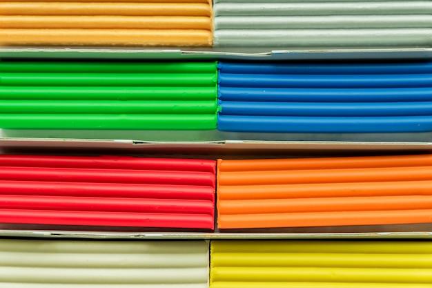 Набор разноцветных пластилиновых батончиков для моделирования на деревянный стол. вид сверху, концепция образования и творчества Premium Фотографии