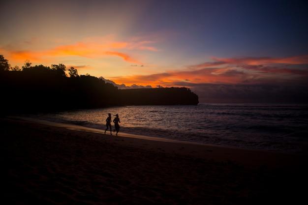 美しい夏のビーチの夕景 Premium写真