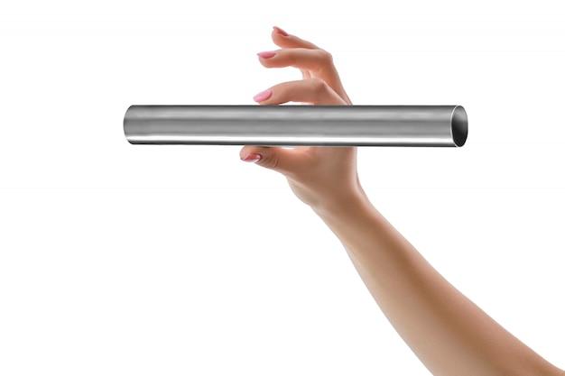 白で隔離ステンレス鋼管を持っている手 Premium写真