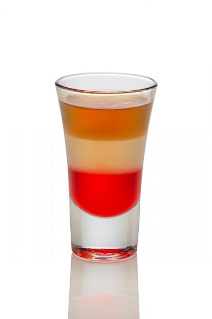 シャンパン、ビール、白で隔離されるショットグラスの酒とカクテル。 Premium写真