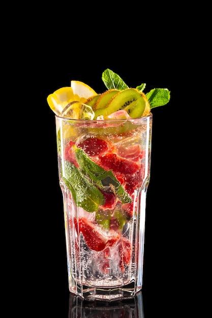 ラズベリー、キウイ、レモンアイスレモネードのガラスの絶縁 Premium写真