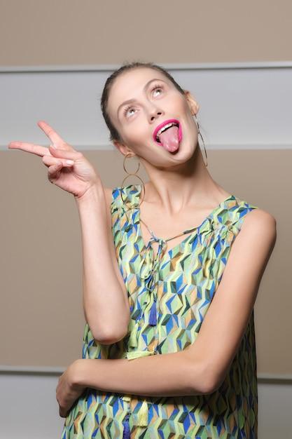 トリッキーな女の子の顔を作る Premium写真