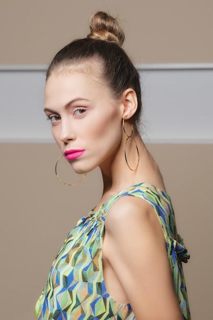 健康的な新鮮な肌を持つ美しい女の子 Premium写真