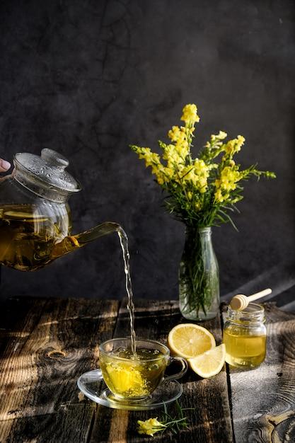 ガラスカップにレモンと蜂蜜入りハーブティー Premium写真