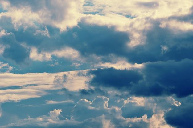 劇的な雲のグレーとブルーの色と暗い雲 Premium写真