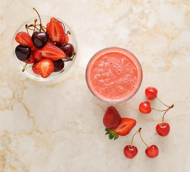 新鮮なベリー-大理石のイチゴとチェリー Premium写真