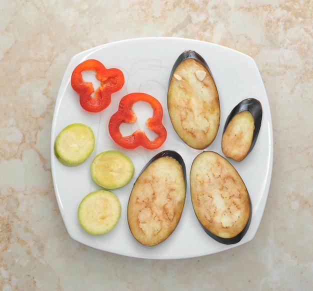 白い皿の野菜 Premium写真