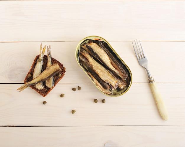 ライ麦パン、ケッパー、缶詰スプラットのサンドイッチ Premium写真