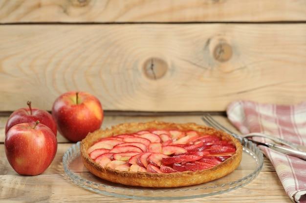 Яблочный пирог на деревянном фоне Premium Фотографии