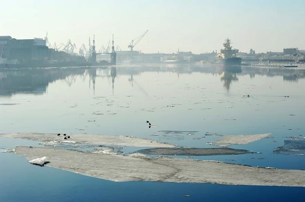 ネヴァ川の春休みと海軍造船所、サンクトペテルブルク、ロシアの眺め Premium写真