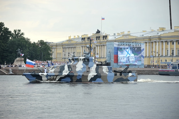 ネヴァ川のサンクトペテルブルクでの海軍パレードの準備 Premium写真