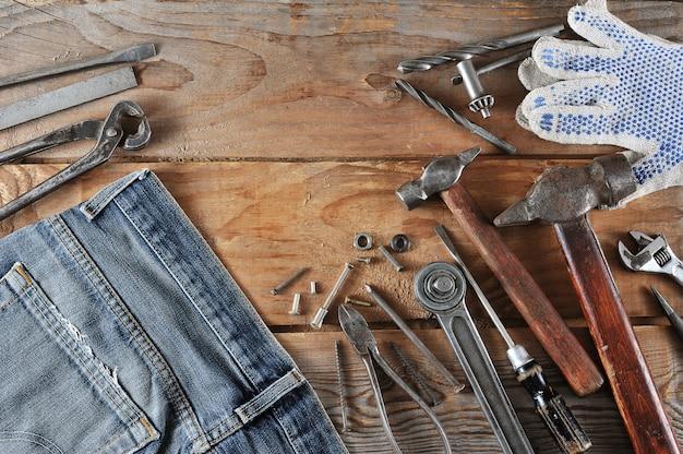 労働者の日のコンセプトジーンズ、ハンマー Premium写真