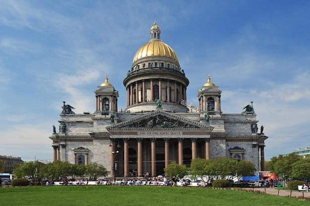 Вид на исаакиевский собор в санкт-петербурге Premium Фотографии