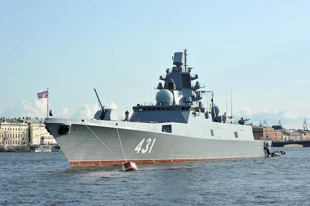 サンクトペテルブルクのネヴァ川の艦隊カサトノフの軍艦提督 Premium写真