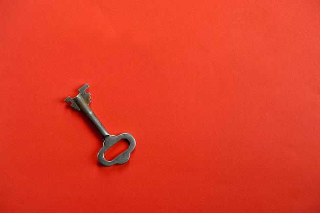 テキスト用のスペースと赤の背景にヴィンテージのキー Premium写真