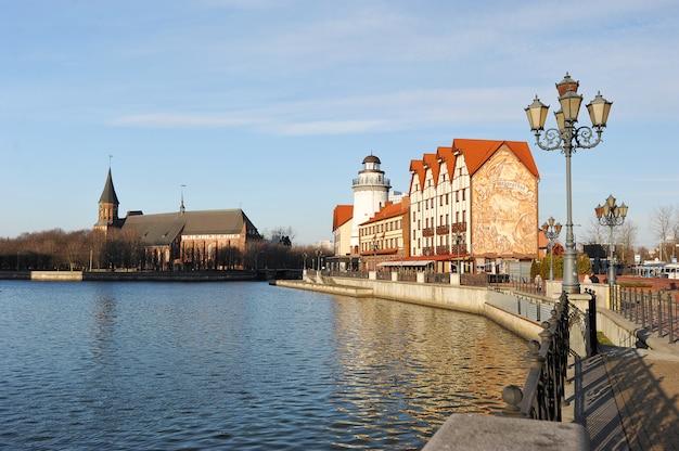 Рыбный поселок в калининграде стилизованный под архитектуру довоенного кенигсберга и построенные здания в немецком стиле, калининград, россия Premium Фотографии