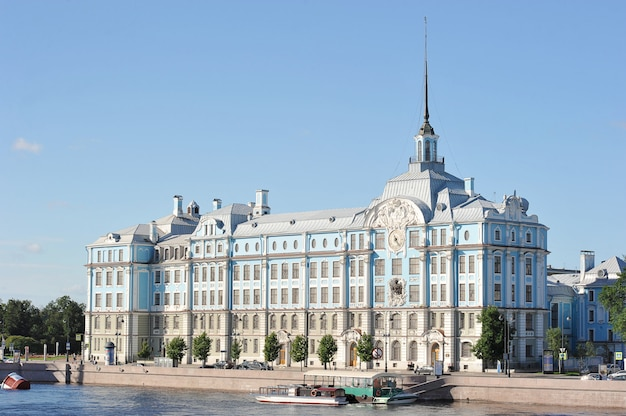 サンクトペテルブルクのナヒモフ海軍学校の建物 Premium写真