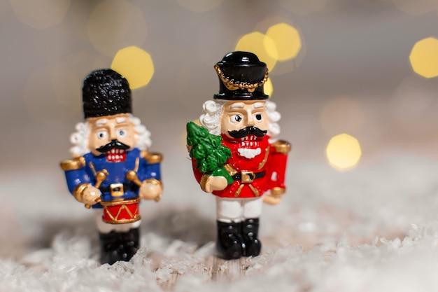 クリスマスをテーマにした装飾の置物。くるみ割り人形のおとぎ話のクリスマスグッズの兵士。 Premium写真