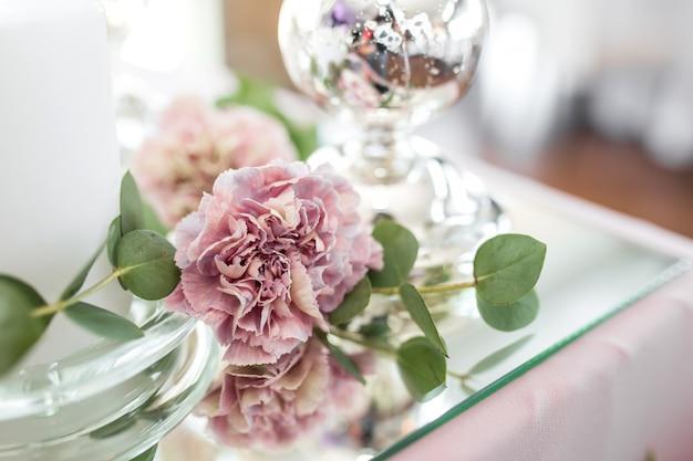 新婚夫婦のための結婚式のテーブルの設定は、新鮮な花で飾られています Premium写真