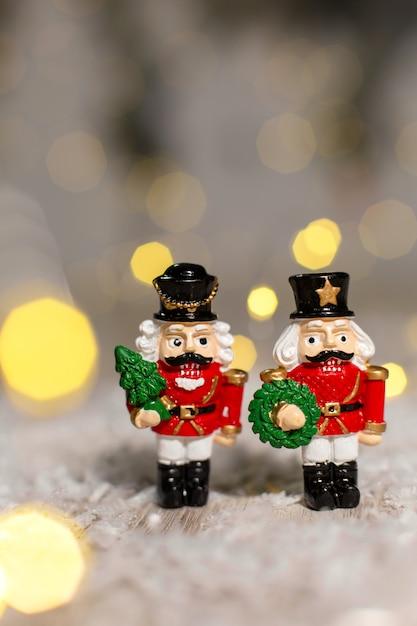 装飾的なクリスマスをテーマにした置物、くるみ割り人形のおとぎ話からのクリスマスのおもちゃの兵士、クリスマスツリーの装飾、 Premium写真